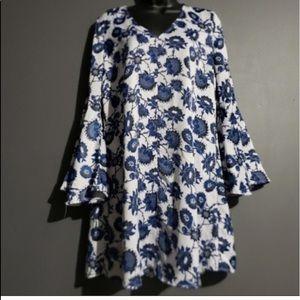 🎈New York & Company blue white paisey bellsleeve